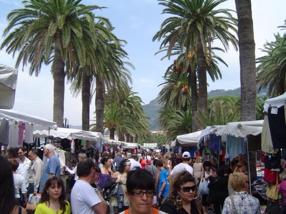le marché sous les palmiers